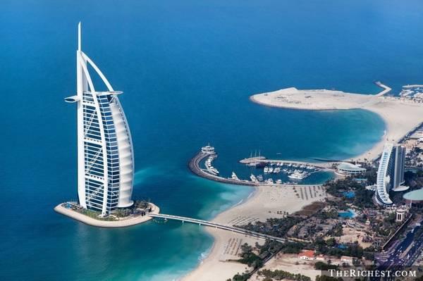 """Nghỉ đêm ở Burj Al Arab: Được mệnh danh là """"khách sạn 7 sao duy nhất trên thế giới"""", Burj Al Arab sẽ cho du khách trải nghiệm cảm giác được sống như những ông hoàng bà chúa. Mọi dịch vụ của khách sạn này đều đạt đẳng cấp thế giới, các phòng có thiết kế xa hoa, lộng lẫy."""