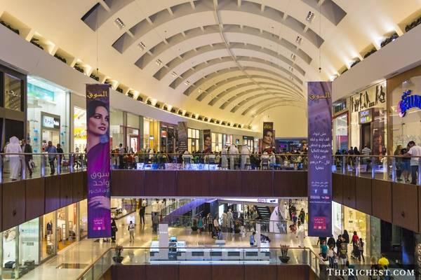 """Mua sắm ở Dubai Mall: Khu tổ hợp mua sắm khổng lồ này có tới hơn 12.000 cửa hàng, trong đó có nhiều thương hiệu lớn trên thế giới. Với những tín đồ thời trang, đây là cơ hội để """"tậu"""" các món đồ hàng hiệu mới nhất. Dubai Mall còn có bể thủy sinh, vườn thú dưới nước, khu trượt băng và nhiều điểm tham quan thú vị khác."""