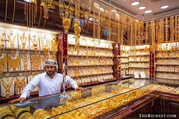 Vung tiền ở chợ vàng: Chợ vàng là một trong những điểm tham quan hấp dẫn nhất Dubai, với những sản phẩm đảm bảo và thường rẻ hơn so với mặt bằng chung của thế giới từ 10-20%. Bạn hoàn toàn có thể đầu tư tiền mua vài món và về bán lại. Chất lượng vàng trong các cửa hàng ở đây được chính phủ đảm bảo. Tuy nhiên, bạn không nên mua vàng của những người bán rong.