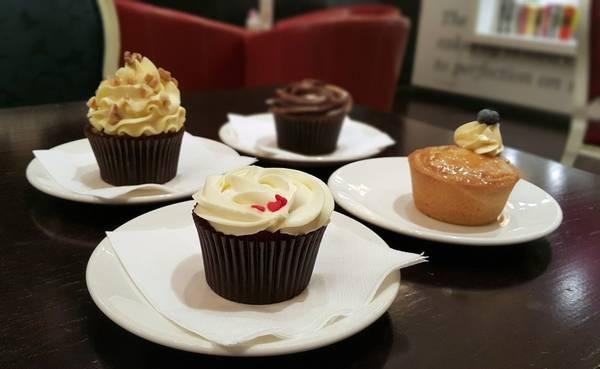 """Ăn bánh cupcake của Bloomsbury ở Dubai Mall: Ngoài những món bánh ngon tuyệt, nếu thừa tiền, bạn có thể đặt """"The Golden Phoenix"""" - chiếc bánh cupcake đắt nhất thế giới. Được làm từ chocolate hảo hạng, bọc trong lá vàng ăn được và sử dụng những nguyên liệu quý hiếm, Golden Phoenix có giá 1.000 USD. Chỉ cần gọi một chiếc bánh này với tách cà phê vào buổi tối là sáng hôm sau bạn sẽ xuất hiện trên mặt báo rồi."""