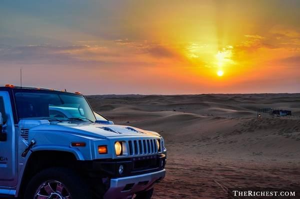 """Đăng ký tour hạng sang khám phá sa mạc Dubai: Nghĩ tới sa mạc, người ta thường nghĩ tới một nơi nóng, khô và chẳng có gì thú vị. Tuy nhiên, một chuyến đi tới vùng hoang vu của Dubai sẽ khiến bạn thay đổi suy nghĩ. Du khách sẽ được cưỡi lạc đà, lái xe Bentley vượt cồn cát, bay trên khí cầu, đi xe jeep tới một ốc đảo để trải nghiệm một đêm như trong """"Nghìn lẻ một đêm"""" với rượu ngon, đồ ăn thượng hạng và những vũ điệu quyến rũ."""