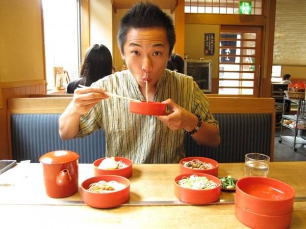 Húp mì thành tiếng ở Nhật Bản: Ramen hay mì là món ăn phổ biến ở Nhật Bản, và việc húp mì tạo thành tiếng động lớn được coi là thể hiện sự ngon miệng. Thậm chí, nếu bạn ăn quá lặng lẽ, các đầu bếp có thể sẽ nghĩ bạn không thích mì họ làm. Ảnh: Japanbase.