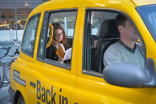 Ngồi ghế trước taxi ở New Zealand: Trừ khi đi nhiều người, việc hành khách ngồi ghế trước sẽ khiến phần lớn tài xế khó chịu. Tuy nhiên, ở Australia và New Zealand, không ngồi ghế này khi đi một mình bị coi là không biết cách cư xử. Ảnh: Digitalnewsroom.