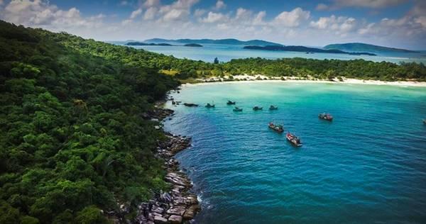 Có vị trí hiếm có trên thế giới, Mũi Ông Đội là nơi duy nhất du khách có thể ngắm mặt trời mọc và lặn ở cùng một vị trí. Rẻo đất hai mặt giáp biển cuốn hút du khách bởi cảnh quan sinh động với hình thế độc đáo.