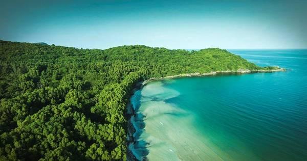 Không dài rộng phóng khoáng như bãi Trường hay những bãi biển khác trên đảo Ngọc, bãi Khem với đường cong quyến rũ làm say lòng du khách bởi triền cát trắng phau mê hoặc.