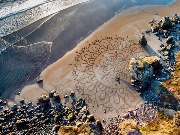 Người đàn ông này đã sáng tác những bức tranh cát được hơn 10 năm, địa điểm là tại các bãi biển, khi thủy triều rút xuống.