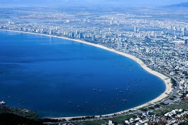 Đứng trên đỉnh Bàn Cờ, núi Sơn Trà, du khách có thể ngắm được toàn cảnh thành phố Đà Nẵng và bờ cát trắng trải dài.