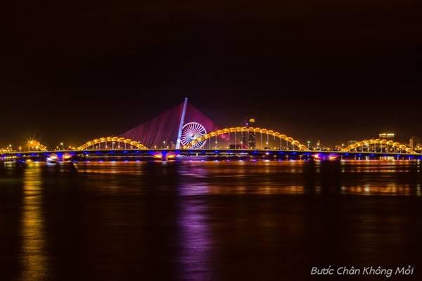 Những cây cầu ở Đà Nẵng rực rỡ hơn về đêm.