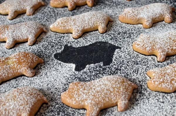 Người Áo trang trí bàn ăn bằng bánh hạnh nhân hình những chú lợn tí hon. Ảnh: Butteryum.