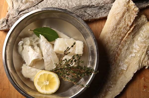 Người Đan Mạch ăn cá tuyết hấp, trong khi ở Italy, món cá tuyết muối phơi khô được các gia đình làm suốt từ Giáng sinh tới năm mới. Đức và Ba Lan lại có món cá trích muối để có được may mắn. Ảnh: Nytimes.