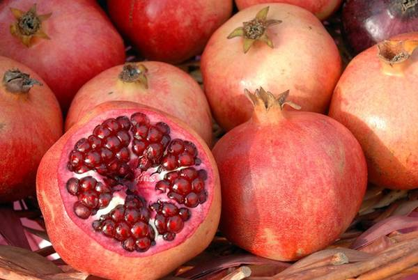 Lựu: Người Thổ Nhĩ Kỳ coi lựu là loại quả đem lại may mắn vì nhiều lý do. Màu đỏ của chúng tượng trưng cho sự sống, sinh sôi nảy nở. Khả năng trị bệnh tượng trưng cho sức khỏe và các hạt tròn thể hiện sự thịnh vượng. Ảnh: Aces.