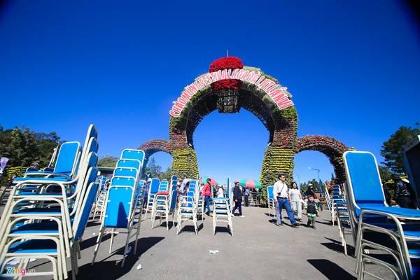 Ở khu vực vườn hoa thành phố, những công tác chuẩn bị cuối cùng sắp hoàn tất.