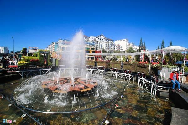 Tại khu vực đài phun nước trung tâm thành phố, mô hình đoàn tàu sắt răng cưa đặc biệt của Đà lạt xưa được tái hiện bằng hàng trăm chậu hoa.