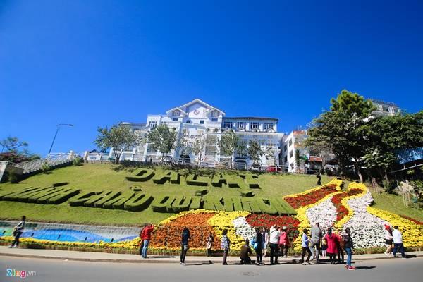Đường Lê Đại Hành, nhiều tiểu cảnh hoa công phu thu hút du khách.