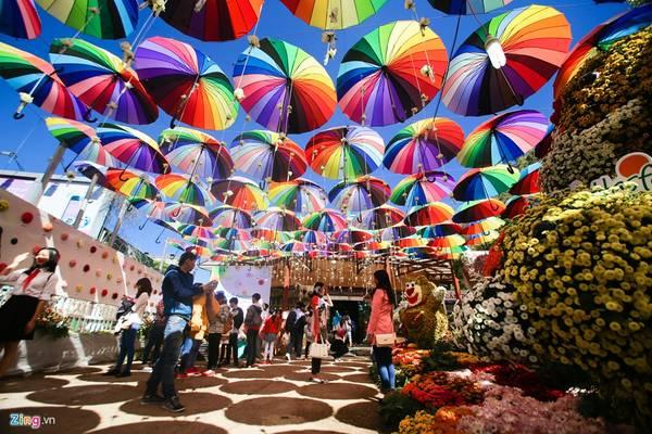 Một khu vực trưng bày những chiếc ô rực rỡ sắc màu và thú kết từ hoa.