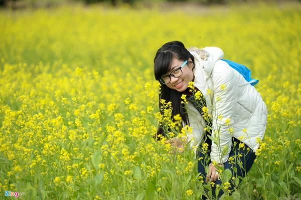 Hải Yến, sinh viên năm thứ 4 Đại học Khoa học Tự nhiên Hà Nội (ảnh) cho biết, cô đã ước mơ được chụp ảnh với hoa cải từ năm đầu đại học. Tuy nhiên, lần này khi có xe máy Yến mới có điều kiện để thực hiện.