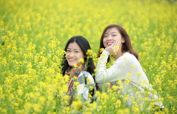 Hai chị em Thúy (1989) và Thảo (1994) đi xe máy gần 20 km tới đây để được chụp ảnh giữa đồng hoa.