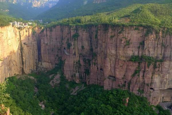 Đường hầm Quách Lượng (Guoliang) được xây dựng để nối ngôi làng Quách Lượng nằm trên đỉnh Thái Hành (Taihang) biệt lập với thế giới bên ngoài. Trước kia, cách duy nhất để tới làng là leo qua một thung lũng với những vách đá dựng đứng, sau đó đi trên một đoạn bậc thang đá hiểm trở. Do vị trí khó khăn, làng Quách Lượng có nguy cơ bị bỏ hoang, trừ khi có một con đường xuyên qua các vách đá. Ảnh: Scout.