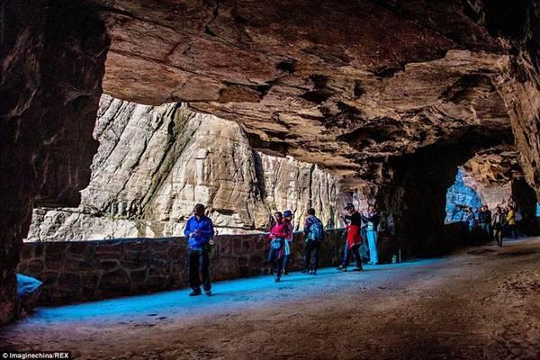 Ban đầu, chỉ có 13 người bắt tay vào đào đường hầm dài 1,2 km, cao 5 m và rộng 4 m, đủ chỗ cho 2 phương tiện qua lại. Ảnh: Imaginechina/REX.