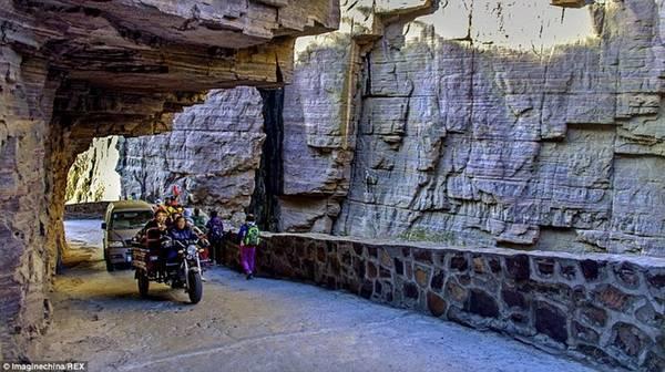 Đó là lần đầu tiên xe ôtô tới được làng Quách Lượng, mở ra một trang mới nhiều hy vọng hơn cho người dân. Từ năm 2000, đường hầm độc đáo này đã trở thành điểm tham quan thu hút hàng nghìn du khách mỗi năm. Làng còn xây khách sạn để đón du khách. Ảnh: Imaginechina/REX.