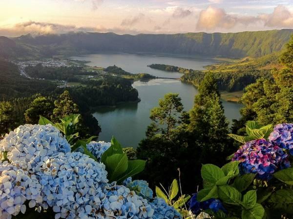 Quần đảo Azores, Bồ Đào Nha: Những hòn đảo này là một trong những bí mật quý giá nhất của Đại Tây Dương, với những kỳ quan thiên nhiên hoang sơ say đắm lòng người.