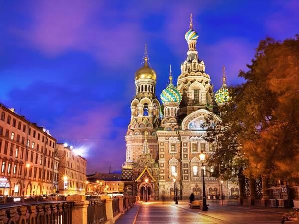 St. Petersburg, Nga: St. Petersburg được trao giải Điểm đến tuyệt nhất châu Âu năm 2015 bởi World Travel Awards. Thành phố này quyến rũ du khách không chỉ bởi những cung điện lộng lẫy, kiến trúc tinh tế mà còn vì không khí lãng mạn, cổ điển.