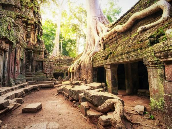 <strong>Siem Reap, Campuchia:</strong> Lonely Planet đánh giá Angkor Wat là điểm đến tuyệt nhất thế giới năm 2014. Quần thể kiến trúc cổ có quy mô khổng lồ này nằm sâu trong rừng của Siem Reap, với đầy đủ kênh đào, đền miếu, hầm mộ, cung điện.