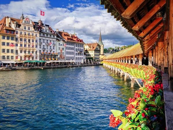 Lucerne, Thụy Sĩ: Không nổi tiếng như Zurich, Geneva, hay Bern, Lucerne có vẻ đẹp bình yên, với kiến trúc truyền thống và hồ nước tuyệt đẹp, một nơi trú ẩn hoàn hảo cho những ai tìm kiếm sự yên tĩnh.