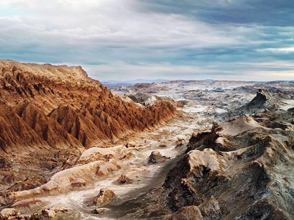 Valle de la Luna (thung lũng Mặt Trăng), Chile: Cảnh quan ở đây đúng như tên gọi, trông giống như trên mặt trăng với những đỉnh núi lởm chởm, sông ngòi khô cạn.