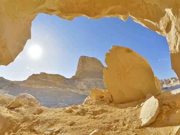 Sa mạc trắng, Farafra, Ai Cập: Khung cảnh ở đây thoạt nhìn như một vùng tuyết trắng lạnh lẽo, nhưng thực tế đó là vùng sa mạc nóng bỏng ở tây Ai Cập.