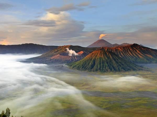 Núi lửa Bromo, Tây Java, Indonesia: Đỉnh Bromo có lẽ là núi lửa nổi tiếng nhất ở công viên quốc gia Bromo Tengger Semeru, với cảnh bình minh ngoạn mục.