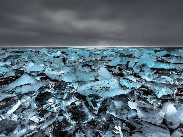 <strong>Jökulsárlón, công viên quốc gia Vatnajökull, Iceland:</strong> Hồ băng Jökulsárlón và bãi biển đóng băng ở đây được coi là kỳ quan thiên nhiên của Iceland. Lớp cát núi lửa màu đen làm nền cho những khối băng lấp lánh.