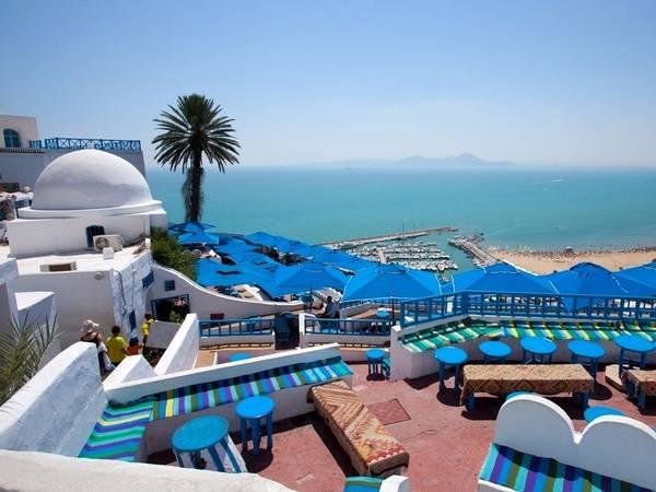 Sidi Bou Said nằm gần Tunis, Tunisia, vắt trên sườn núi nhìn ra biển Địa Trung Hải. Thị trấn có khung cảnh tuyệt đẹp, với những đường phố trải sỏi, các cửa hàng, quán cà phê và các khu chợ xinh xắn. Ảnh: Shutterstock/ Sidi Bou Sai.