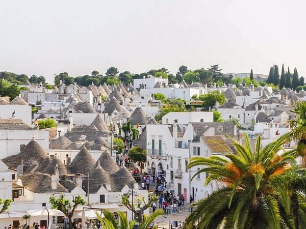 Alberobello, thuộc Puglia, Italy, nổi tiếng với những ngôi nhà có kiến trúc độc đáo được gọi là trulli, mái nhà hình nón lợp bằng đá vôi. Thị trấn được UNESCO xếp vào danh sách Di sản văn thế giới năm 1996.  Ảnh: Shutterstock/Littleaom.
