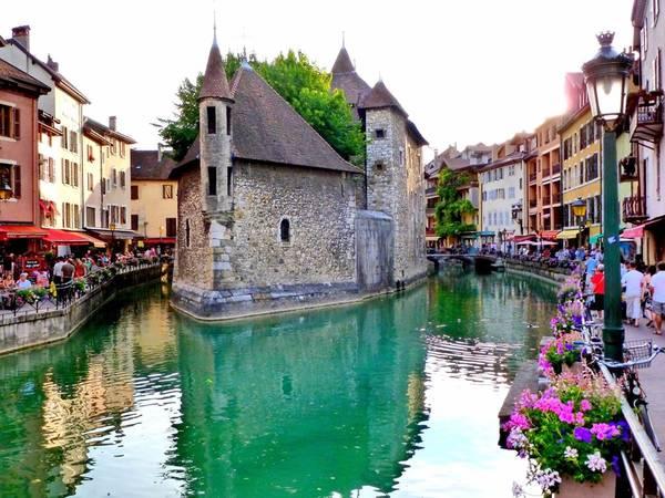 Thị trấn cổ Annecy ở Pháp có vẻ đẹp lãng mạn với những ngôi nhà, quán cà phê sơn màu pastel nằm kề bên mặt hồ. Ảnh: Flickr/Geling.