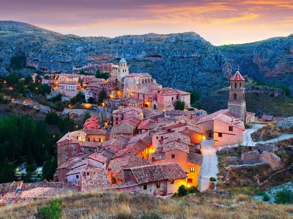 Thị trấn Albarracín nằm trên đỉnh một ngọn núi ở Río Guadalaviar, Teruel, Tây Ban Nha. Du khách đến đây sẽ có cảm giác như đi ngược thời gian với không gian kiến trúc cổ kính. Ảnh: Shutterstock/Albarracin.