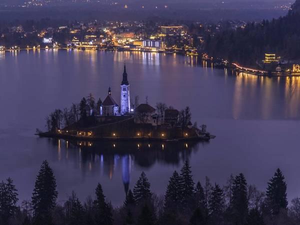 Thị trấn Bled của Slovenia nổi tiếng với phong cảnh đẹp đến nghẹt thở. Bao quanh là hồ nước xanh ngọc, điểm nhấn của Bled là một nhà thờ cổ kính nằm trên một hòn đảo nhỏ. Ảnh: Shutterstock/Alescrivee.