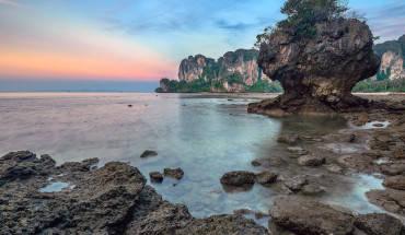 Krabi không phải là thiên đường mua sắm như Bangkok, không ồn ào, náo nhiệt như Pattaya và cũng không lộng lẫy như Phuket. Nơi này thanh bình, yên ả nhưng cũng không kém phần hấp dẫn, tập hợp đầy đủ những thú vui trên rừng dưới biển. Ảnh: Helminadia Ranford