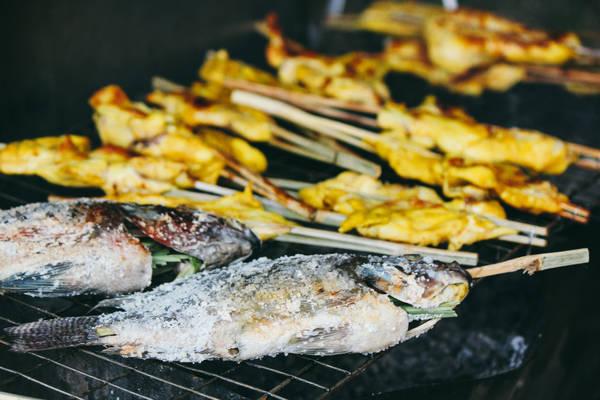 Krabi không đắt đỏ như Phuket hay Samui, giá cả ở các nhà hàng, quán ăn ven đường khá dễ chịu và có nhiều món ăn cho du khách lựa chọn như món Thái truyền thống, các món Tây và hải sản… Ảnh: Lili De Simone