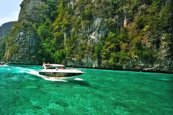 Ngồi trong những chiếc thuyền hay ca nô lướt êm êm trên mặt biển, hít thở bầu không khí trong lành của Krabi sẽ là một trải nghiệm khiến bạn không thể nào quên. Ảnh: Krabi-hotels