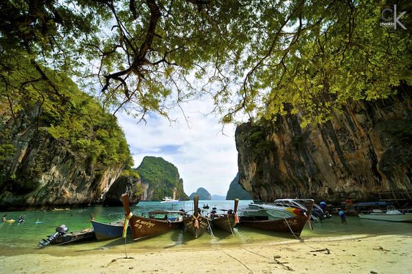 """Nằm phía bờ tây của khu bán đảo miền nam Thái Lan, Krabi có những bãi biển đầy nắng, cát mịn, mặt nước trong xanh và những đảo đá rời ngoài khơi. Rừng đước và cây xanh nhiệt đới, những dòng sông và suối nước nóng khiến du khách luôn """"bận rộn"""" với các họat động trong thời gian lưu trú tại Krabi. Ảnh: CK NG"""