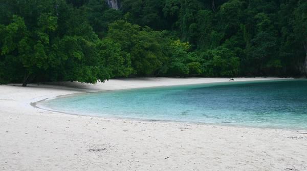 Thời gian ở nơi này như chảy theo một nhịp khác đời sống bên ngoài, chậm và yên bình. Bãi biển Krabi mang đặc trưng của vùng nhiệt đới với dải cát dài trắng tinh, sóng nhẹ xô bờ lấp lánh dưới ánh mặt trời. Ảnh: Raphael Bick