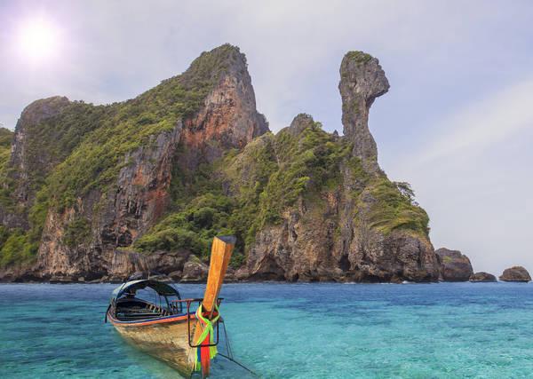 Xung quanh Krabi là nhiều đảo đá rời hoang sơ, nói lãng mạn cũng đúng, mà nói kỳ bí mời gọi khám phá cũng không quá lời một chút nào. Ảnh: Anekphoto