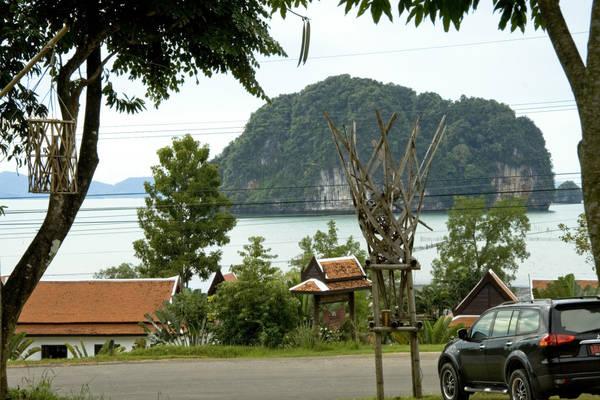 Để tới được thiên đường biển Krabi, bạn sẽ tới Bangkok trước. Nếu chịu khó săn tìm, những hãng hàng không như Air Asia thường xuyên có vé giá rẻ tới Bangkok, hạ cánh ở sân bay quốc tế Don Mueang. Từ đây, có thể di chuyển dễ dàng tới Krabi bằng nhiều phương tiện, nhưng tiện lợi nhất vẫn là chuyển tiếp máy bay của Air Asia. Ảnh: Piotr Rataj