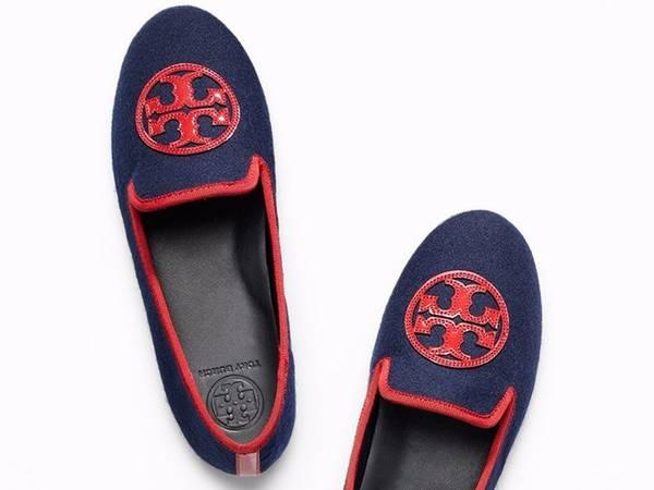 Đi giày lười: Một số sân bay yêu cầu hành khách phải cởi giày khi kiểm tra an ninh. Giày lười vừa thoải mái, vừa thuận tiện cho bạn.
