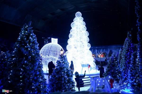 Sáng 18/12, một trung tâm thương mại tại phường Sơn Kỳ, quận Tân Phú, TP HCM mở cửa khu vui chơi mang tên Winter Sonata - Nơi tình yêu bắt đầu nhân dịp Giáng sinh.