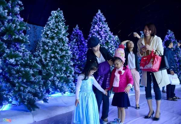 Trong buổi đầu mở cửa, hàng trăm người đã đổ về để thưởng thức không khí Noel lạnh mà Sài Gòn không có. Người lớn, trẻ em xúng xính các loại đồ chống lạnh.