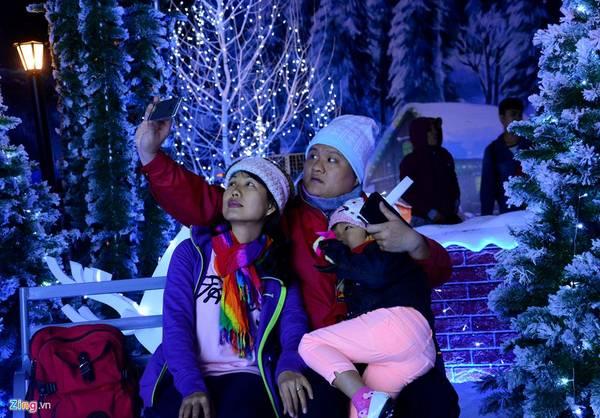 Gia đình anh Lộc lưu lại những khoảnh khắc đẹp. Anh cho biết, cả nhà đi trung tâm thương mại mua sắm, thấy hấp dẫn liền tranh thủ ghé vào khu Giáng sinh để thưởng thức.