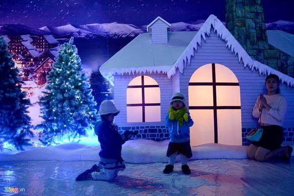 Bên ngoài, trên mái nhà phủ tuyết trắng xóa, bên trong ánh đèn ấm áp.