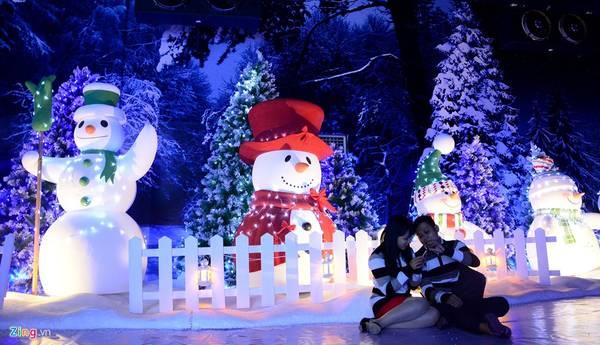 Chụp ảnh với những chú người tuyết giữa rừng thông.